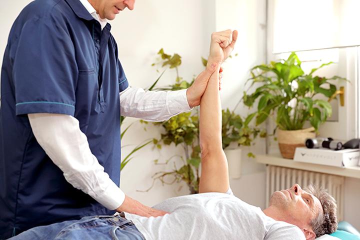 Ajuste quiropractico de un paciente