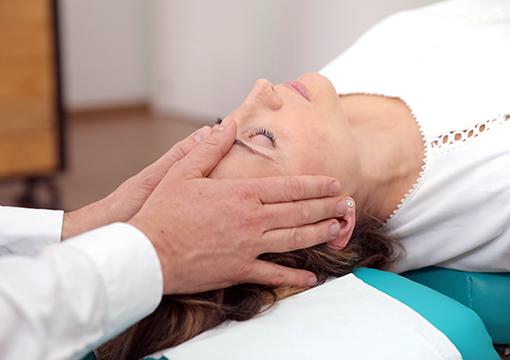 Ajuste quiropractico de una paciente